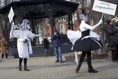 Os atores da rua executam no jardim do eremitério em Moscou fotografia de stock royalty free