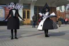 Os atores da rua executam no jardim do eremitério em Moscou imagens de stock