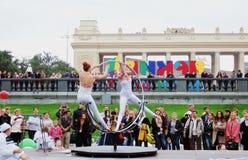 Os atores da rua executam no parque da recreação de Gorky em Moscou imagem de stock royalty free