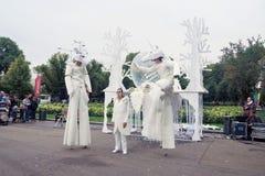 Os atores da rua executam no parque da recreação de Gorky em Moscou fotos de stock