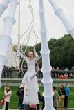 Os atores da rua executam no parque da recreação de Gorky em Moscou fotos de stock royalty free
