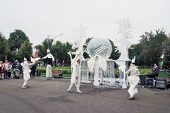 Os atores da rua executam no parque da recreação de Gorky em Moscou imagens de stock