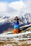 Os atores de Bollywood em trajes do verão estão fazendo o filme sobre os cumes suíços fotos de stock royalty free