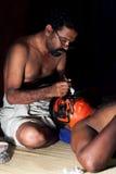 Os atores de Kathakali preparam antes do desempenho no forte Cochin, imagens de stock