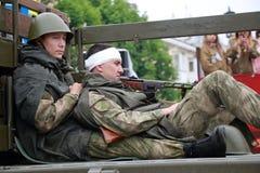 Os atores descrevem os soldados feridos na plataforma Dia da vitória em Rússia imagem de stock