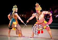 Os atores do bailado de Ramayana executam no templo de Prambanan em Yogya imagens de stock royalty free