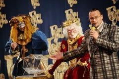 Os atores do cavalheiro de vagueamento Pezho das bonecas do teatro no lustre do teatro Fotos de Stock