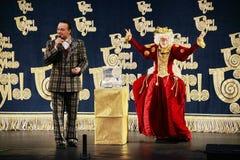 Os atores do cavalheiro de vagueamento Pezho das bonecas do teatro no lustre do teatro Imagem de Stock Royalty Free