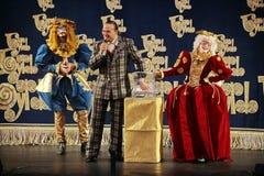 Os atores do cavalheiro de vagueamento Pezho das bonecas do teatro no lustre do teatro Imagens de Stock