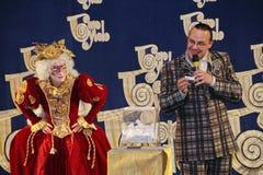 Os atores do cavalheiro de vagueamento Pezho das bonecas do teatro no lustre do teatro Imagem de Stock