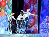 Os atores do circo chinês executam em nosso jogo de natividade na arcada imagens de stock