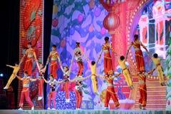Os atores do circo chinês executam em nosso jogo de natividade na arcada fotos de stock