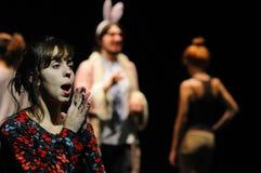Os atores do teatro de Barcelona instituem, jogam na comédia Shakespeare para executivos fotos de stock royalty free
