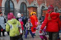 Os atores e as pessoas comuns da rua dançam na rua imagens de stock royalty free