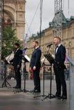 Os atores leram o poema Eugene Onegin na fase no quadrado vermelho em Moscou fotografia de stock