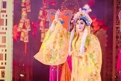 Os atores não identificados aparecem em uma exibição do público da entrada gratuita da ópera chinesa em uma rua no ícone Sião fotografia de stock