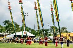 Os atores não identificados executam no drama tailandês clássico da dança com o polo longo de bambu na comemoração do aniversário imagem de stock royalty free
