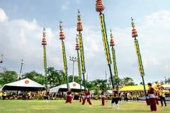 Os atores não identificados executam no drama tailandês clássico da dança com o polo longo de bambu na comemoração do aniversário fotografia de stock royalty free
