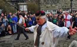 Os atores no ovo tradicional do ritmo do Sexta-feira Santa jogam no oeste do heptonstall - yorkshire imagem de stock