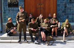 Os atores novos executam na rua imagem de stock