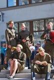 Os atores novos executam na rua fotografia de stock