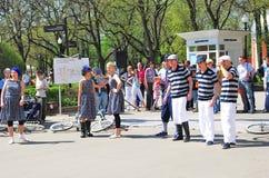 Os atores novos executam no parque de Gorki imagens de stock