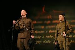 Os atores novos leram poemas dos poetas dos veteranos foto de stock