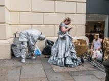 Os atores vivos da estátua preparam-se para seu trabalho, jardim de Covent, Lond imagens de stock
