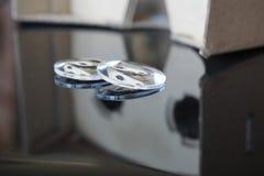 Os auriculares da realidade virtual com as lentes óticas separaram do equipamento da cabeça do cartão Fotos de Stock