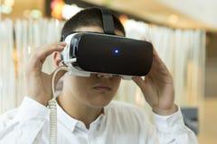 Os auriculares de VR, realidade virtual ajustam-se, vidros de VR Fotos de Stock