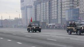 Os automóveis de passageiros militares soviéticos vão na formação da parada, exército do russo filme