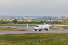 Os aviões alinham Lufthansa que taxiing na pista de decolagem do aeroporto Imagem de Stock