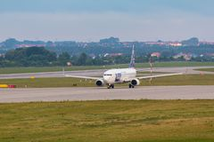 Os aviões alinham o LOTE que taxiing na pista de decolagem do aeroporto Imagens de Stock Royalty Free