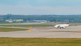 Os aviões alinham o LOTE que taxiing na pista de decolagem do aeroporto Foto de Stock Royalty Free