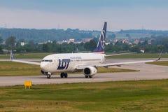 Os aviões alinham o LOTE que taxiing na pista de decolagem do aeroporto Fotos de Stock Royalty Free