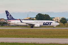 Os aviões alinham o LOTE que taxiing na pista de decolagem do aeroporto Fotografia de Stock