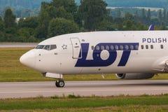 Os aviões alinham o LOTE que taxiing na pista de decolagem do aeroporto Foto de Stock