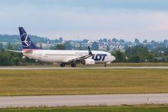 Os aviões alinham o LOTE que taxiing na pista de decolagem do aeroporto Imagem de Stock