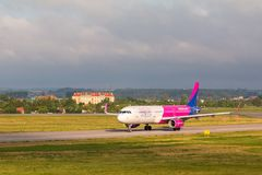 Os aviões alinham Wizzair que taxiing na pista de decolagem do aeroporto Imagem de Stock