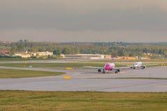 Os aviões alinham Wizzair que taxiing na pista de decolagem do aeroporto Fotos de Stock Royalty Free