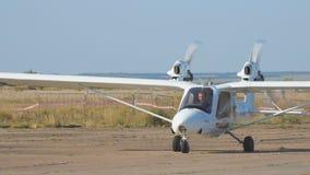 Os aviões bimotores privados leves aplanam na pista de decolagem vídeos de arquivo