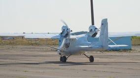 Os aviões bimotores privados leves aplanam na pista de decolagem filme
