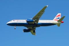 Os aviões British Airways Airbus A320-232 (G-EUUJ) antes de aterrar no aeroporto de Pulkovo Fotografia de Stock Royalty Free