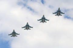 Os aviões da defesa de Sukhoi Su-34 voam sobre o quadrado vermelho Imagem de Stock Royalty Free