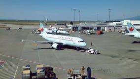 Os aviões de Air Canada preparam-se para migrar no aeroporto de YVR