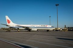 Os aviões de Air China Airbus aterraram na pista de decolagem no aeroporto de Dalian em China Imagens de Stock Royalty Free