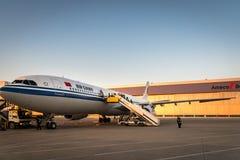 Os aviões de Air China Airbus aterraram na pista de decolagem no aeroporto de Dalian em China Fotografia de Stock Royalty Free