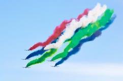 Os aviões de combate do avião fumam o fundo de nuvens do céu Imagem de Stock