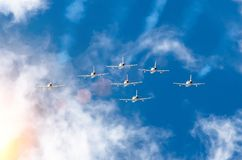 Os aviões de combate do avião fumam o fundo de nuvens do céu Foto de Stock Royalty Free