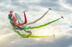 Os aviões de combate do avião fumam o fundo de nuvens do céu Fotos de Stock Royalty Free